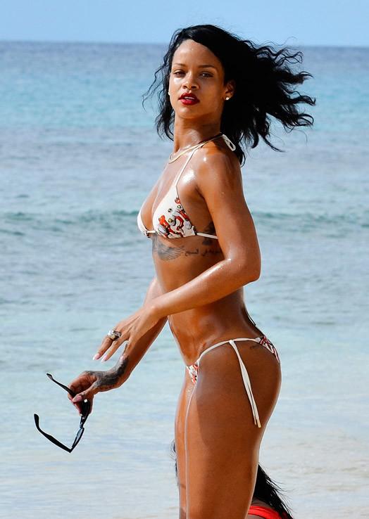 Rihanna в бикини на пляже