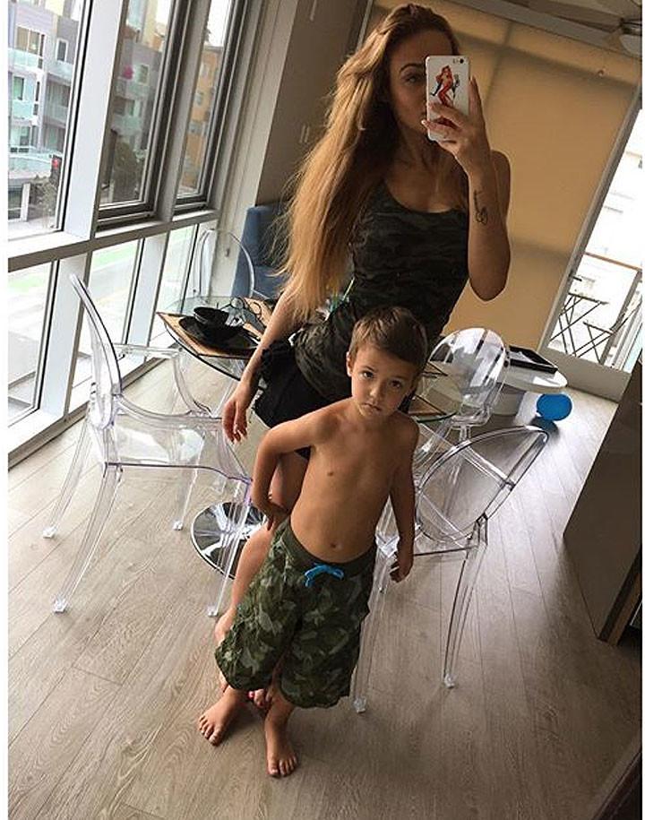 алена водонаева и ее сын богдан фото чайным набором можно