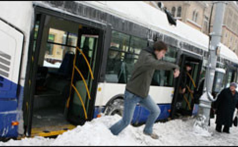 Rīgas sabiedriskais transports kļūst aizvien nedraudzīgāks