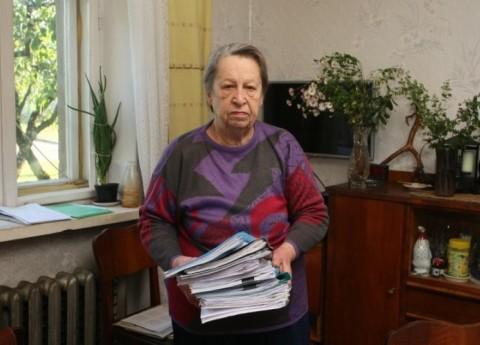 Pensionārei izkrāpj māju