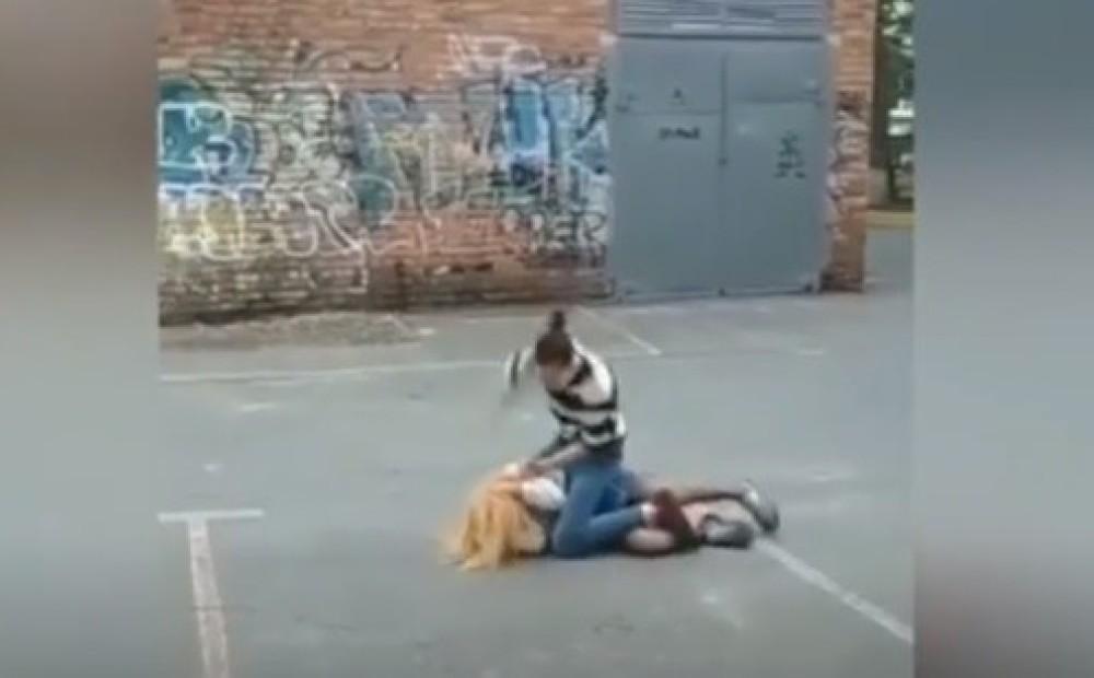 Девушки поставили девушку на колени, фистинг с игрушками фото