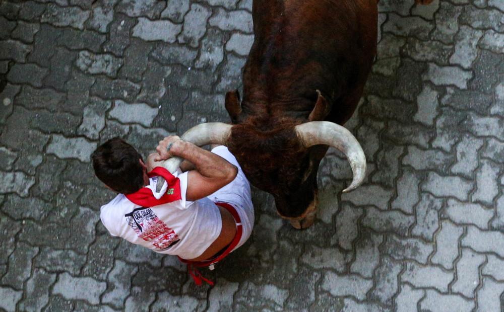 FOTO: šī gada pēdējā Pamplonas vēršu skrējienā ievainoti seši cilvēki