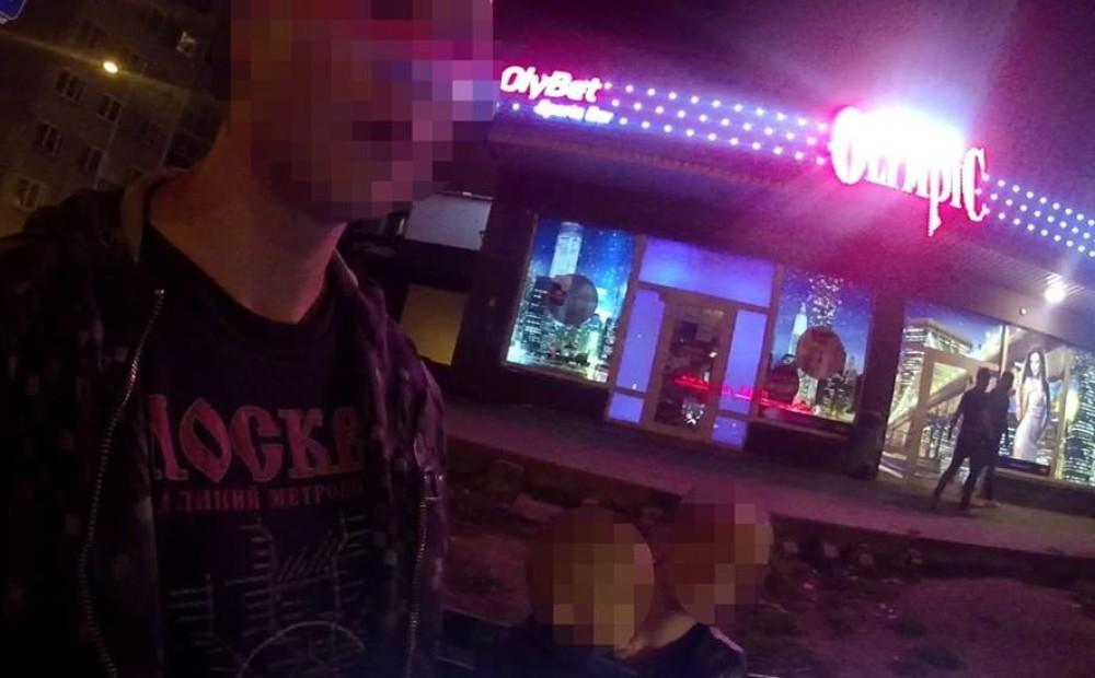 Četrus gadus vecs puika naktī sēž kādā Vecmīlgrāvja pieturvietā, kamēr vecāki turpat netālu nododas azartspēlēm