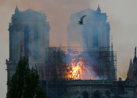 Ugunsgrēks Parīzes Dievmātes katedrālē
