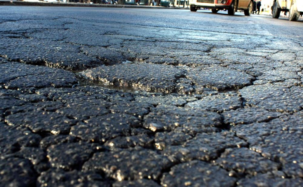 Karstajā laikā uz veca asfalta seguma ceļiem var veidoties izsvīdumi