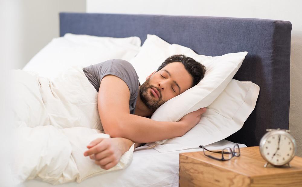 Картинки мужчина спит в кровати, открытки днем рождения