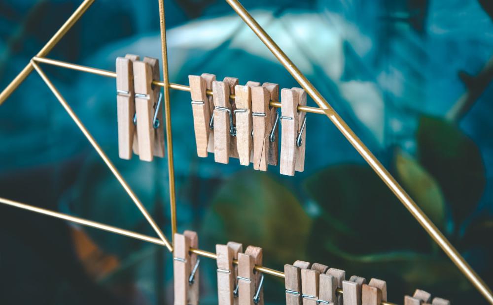 4 idejas, kā radoši izmantot koka knaģus