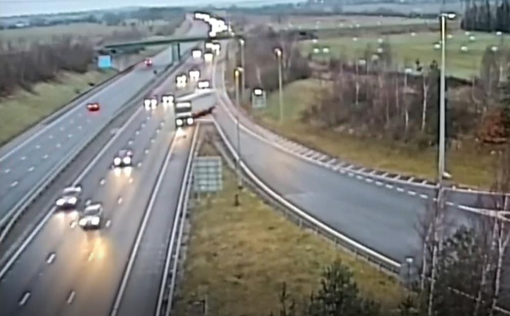 kravas auto šoferis Lielbritānijā veic bīstamu manevru,...